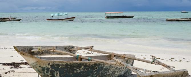 Urlaub auf Sansibar: Strand mit Boot