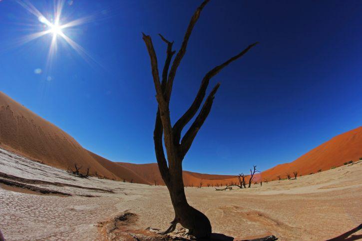 Die Sonne blitzt über der Landschaft von Namibia