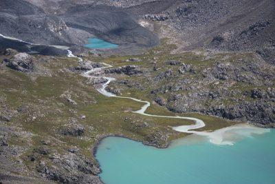 tuerkiser Bergsee in Kirgistan