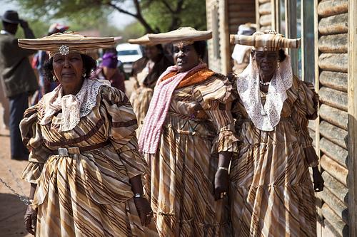Frauen in klassischer kolonialer Kleidung in Botswana